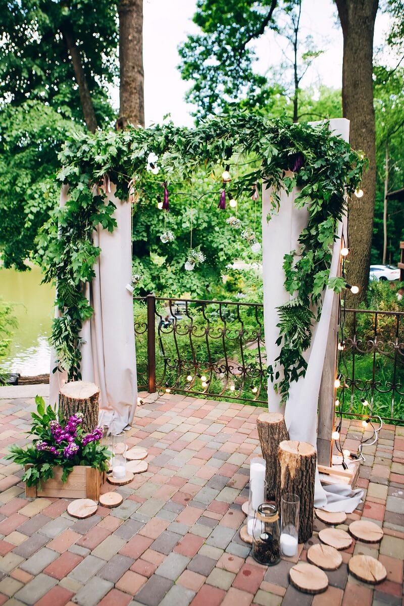 Rustikaler Hochzeitsbogen mit Holzdeko