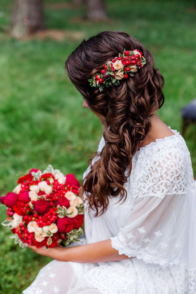 Brautfrisur seitlich mit Haarblumen
