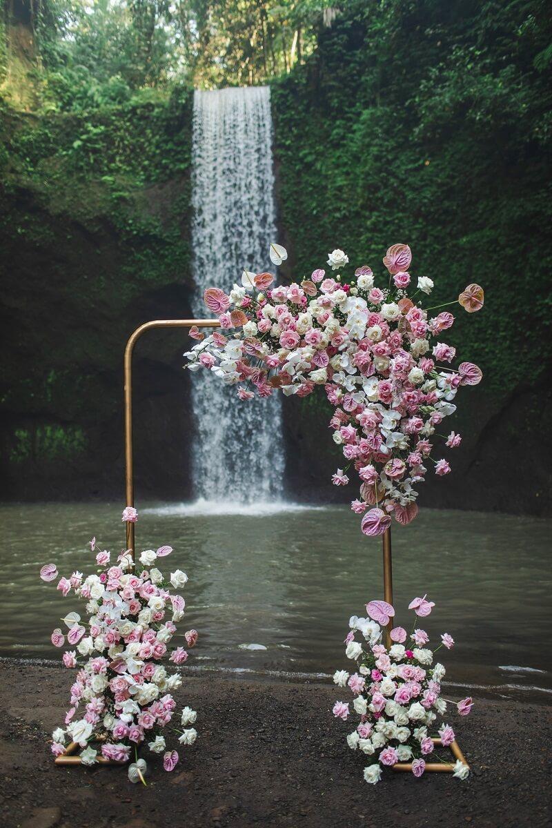 Trauung Blumendeko, Traubogen originell, Hochzeit rosa weiß