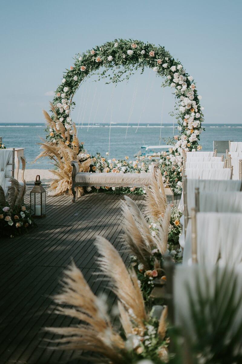 Outdoor Hochzeit, Traubogen originell, Hochzeitsdeko Pampasgras