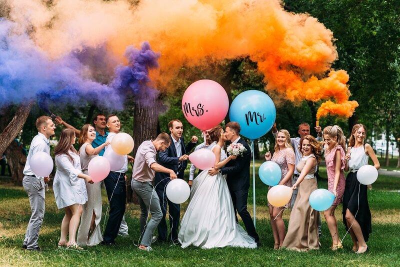 originelles Gruppenfoto auf der Hochzeit mit Rauchfackeln