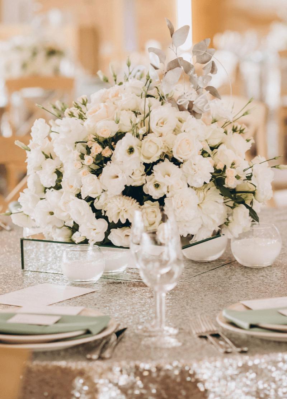 weiße Tischblumen Hochzeit