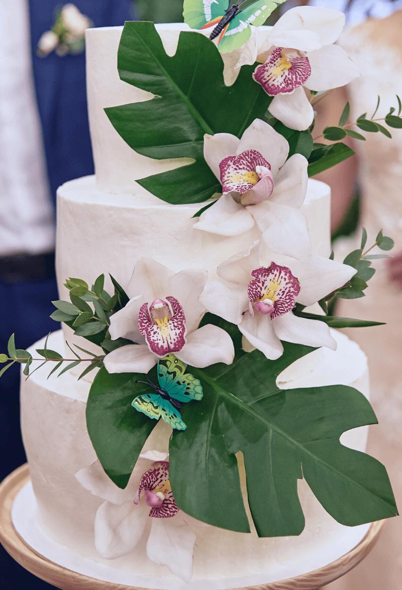 Hochzeitstorte mit Blumenschmuck Orchideen