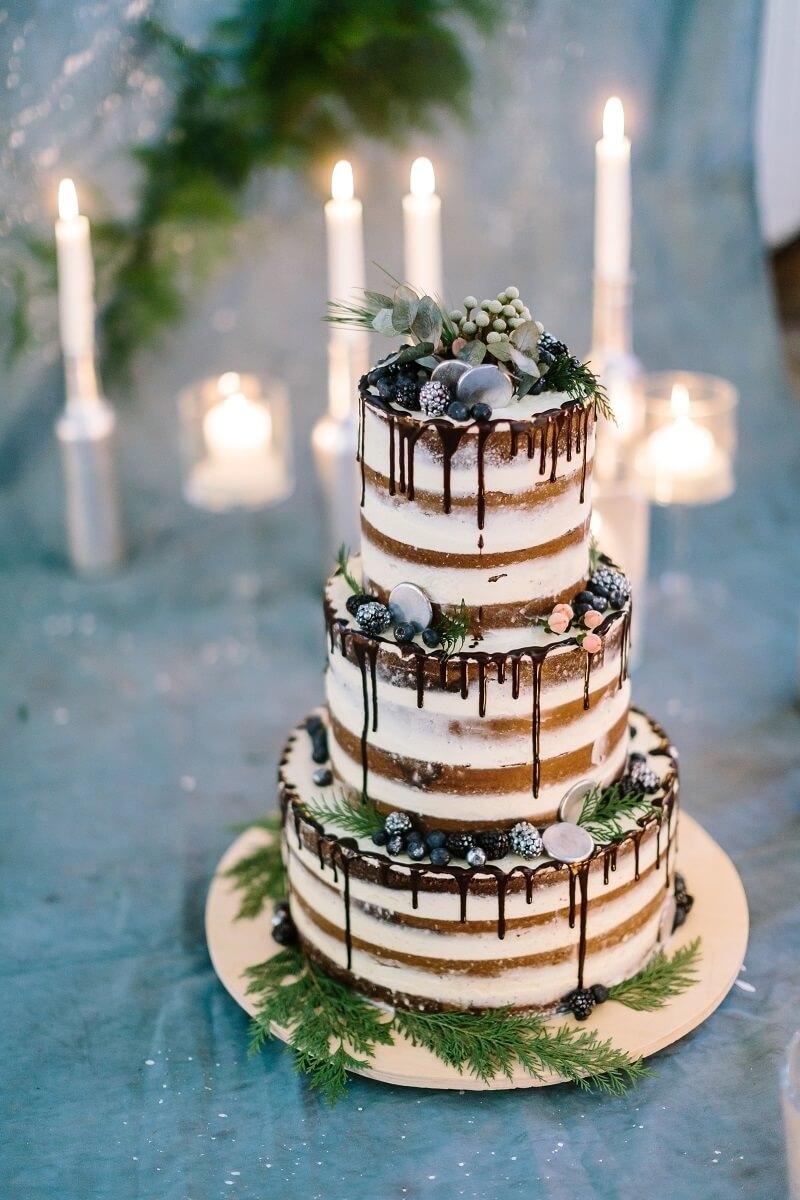 Hochzeit Naked Cake mit dunklem Teig