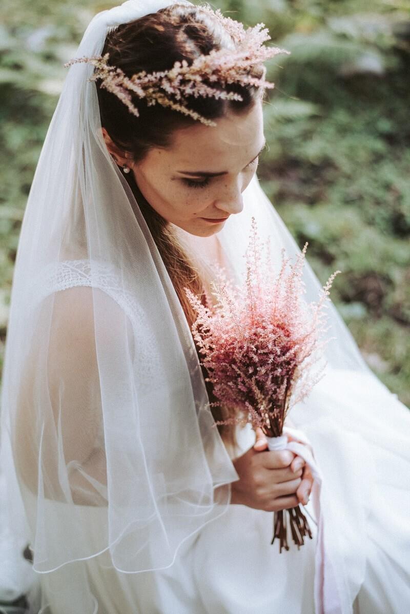 Braut Accessoires mit Astilben