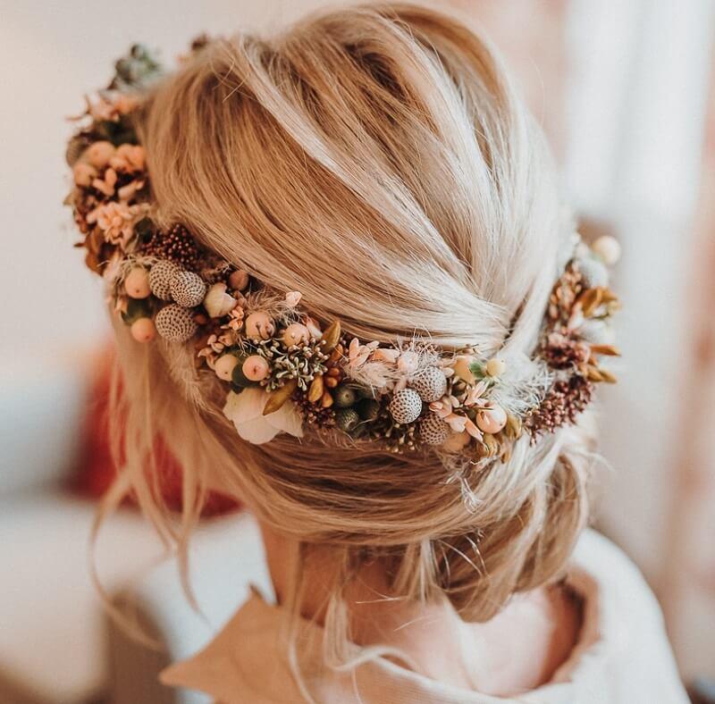 Boho Brautfrisur hochgesteckt mit Blumenkranz