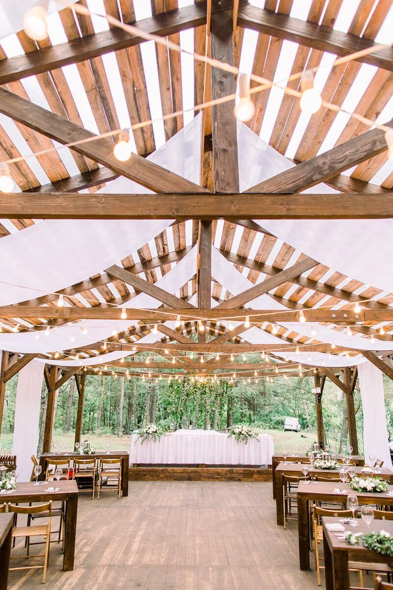 Dekoration Hochzeitslocation mit Bannern, Hochzeitsdeko mit Stoffen