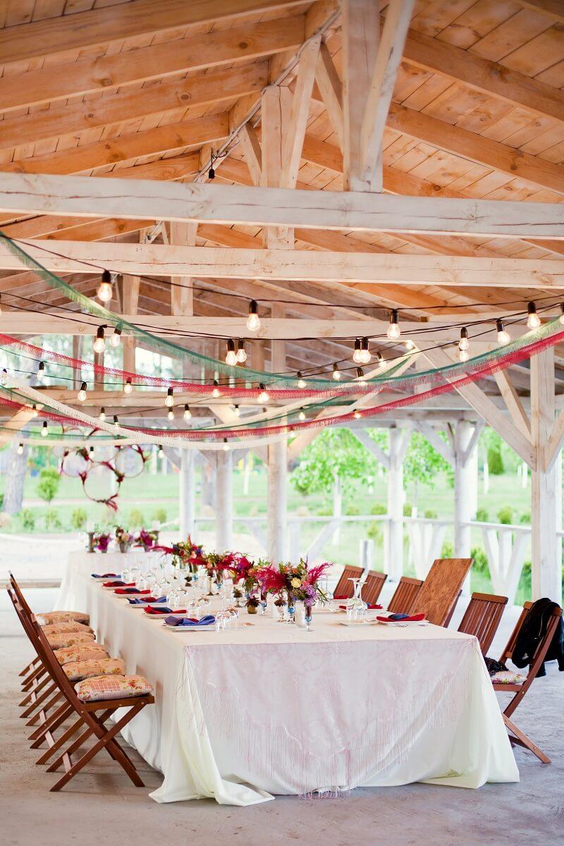 Dekoration Hochzeitslocation mit Bannern, Bändern