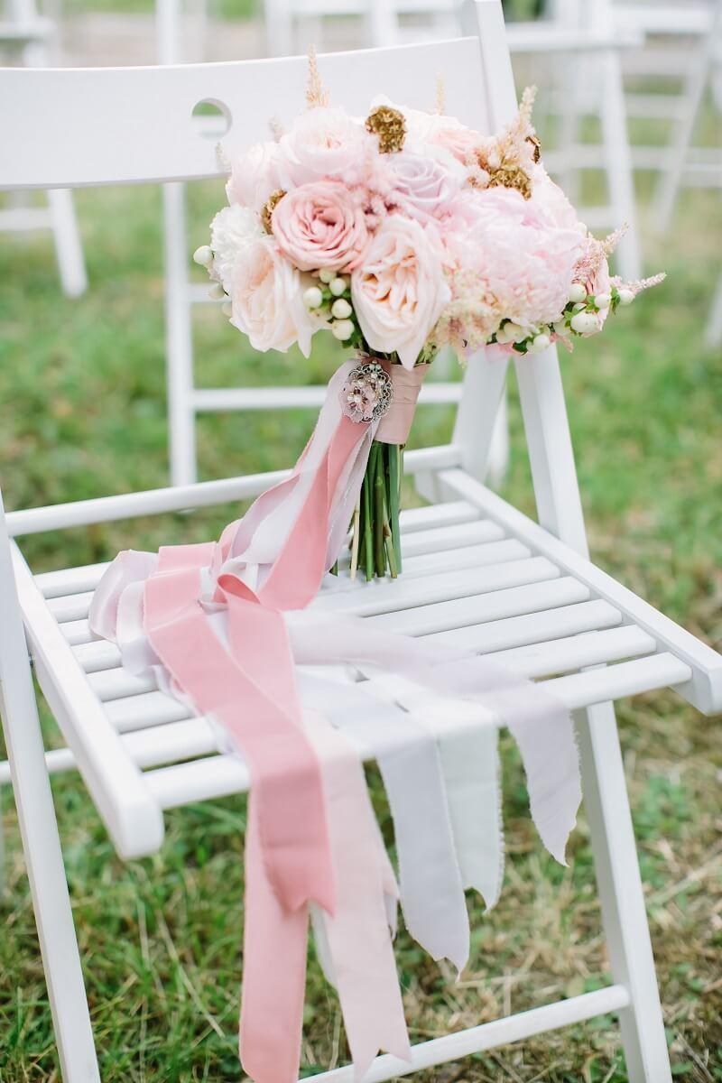 Hochzeitsdeko mit Stoffen, Brautstrauß Bänder
