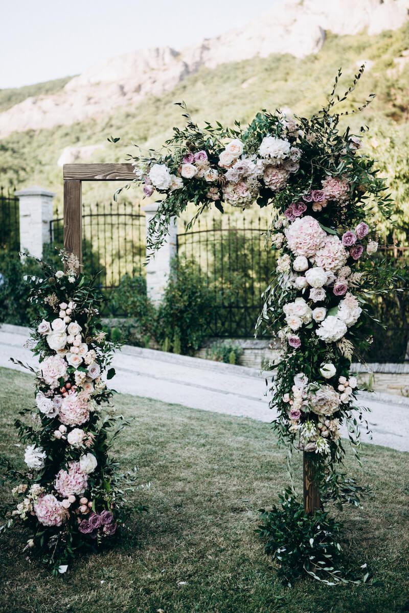 Hochzeitsbogen mit Blumenschmuck