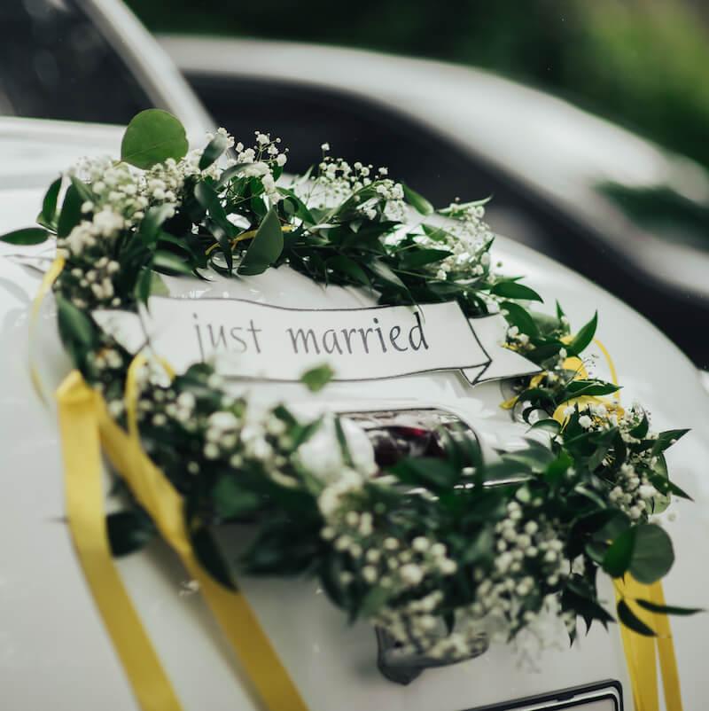 Blumendeko für das Hochzeitsauto