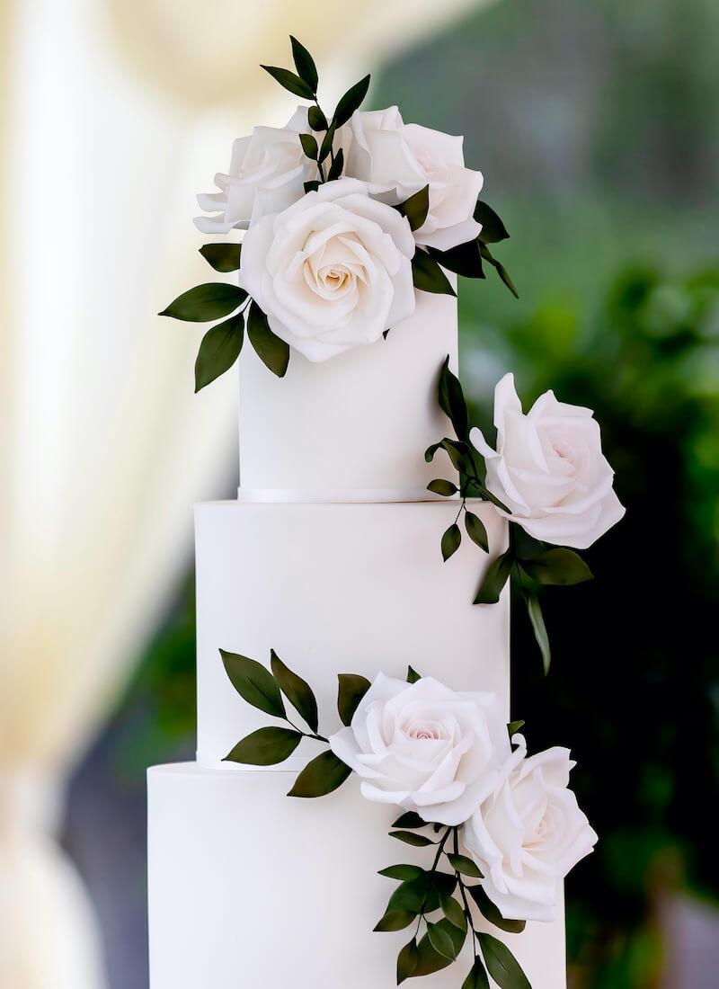 Hochzeitstorte schlicht weiß mit Rosen