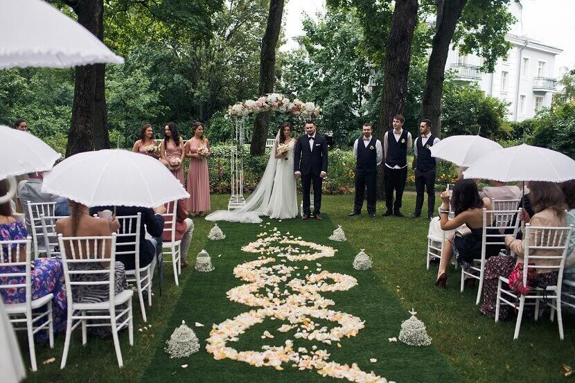 21 Coole Ideen Fur Den Einsatz Von Regenschirmen Auf Der Hochzeit