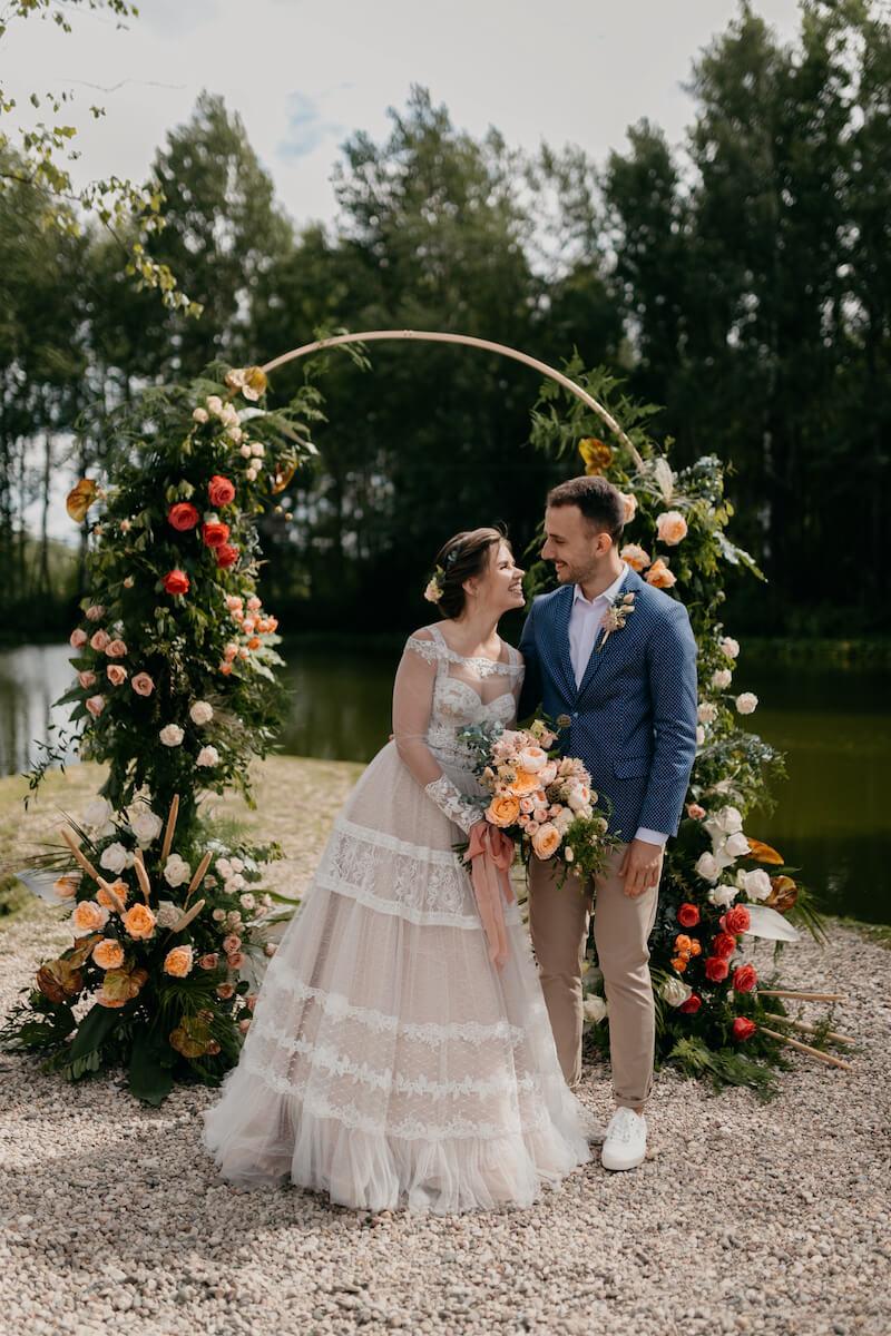 Hochzeitsbogen rund mit Blumenschmuck