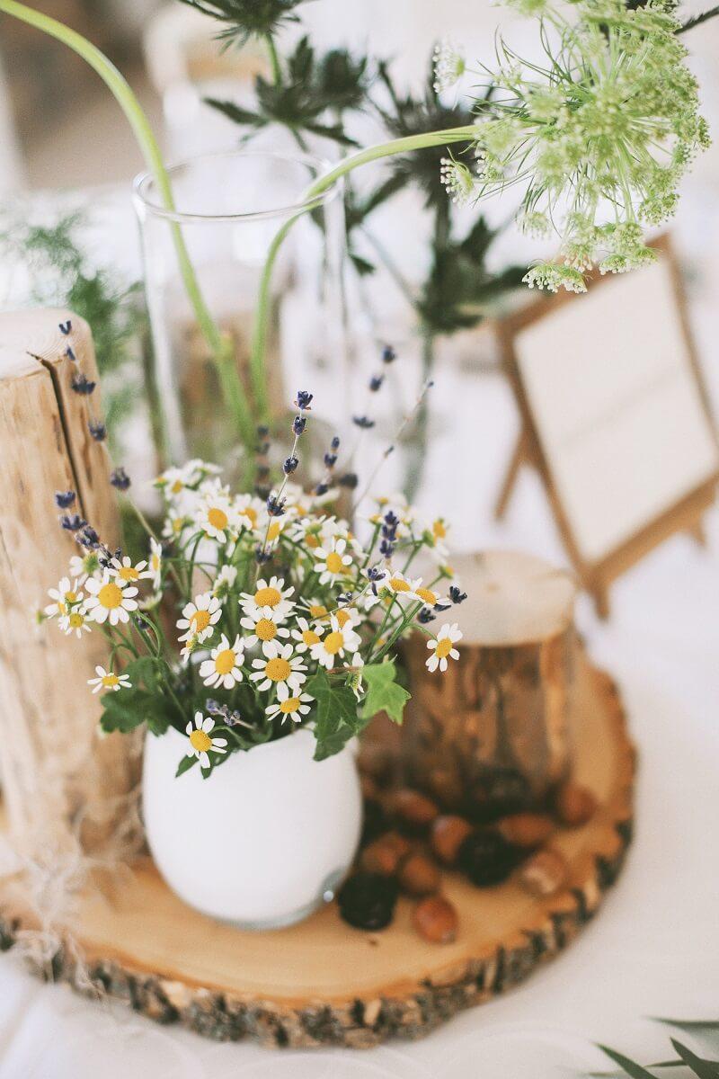 wildblumen dekoideen f r rustikale hochzeiten blumendeko. Black Bedroom Furniture Sets. Home Design Ideas