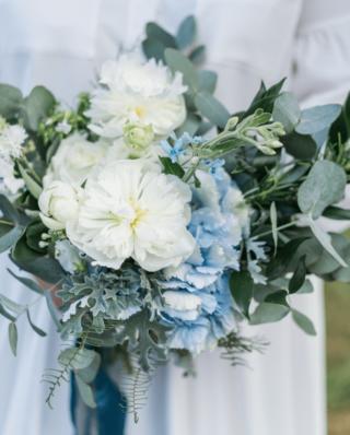 Brautstrauß in Hellblau und Weiß