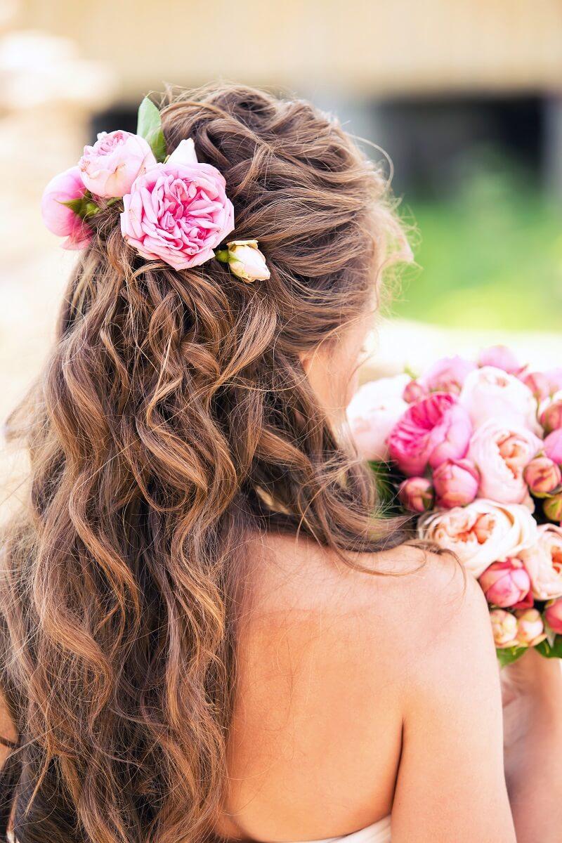 Brautfrisur halboffen mit Rosa Haarblumen