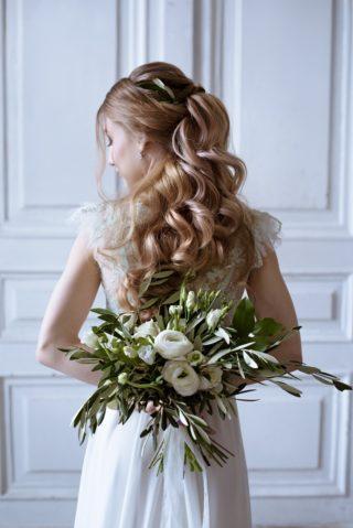 Brautfrisur halboffen für lange Haare, Brautstrauß in Grün und Weiß