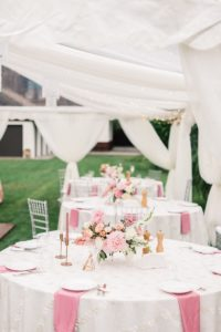 Tischdeko runde Tische in Rosa