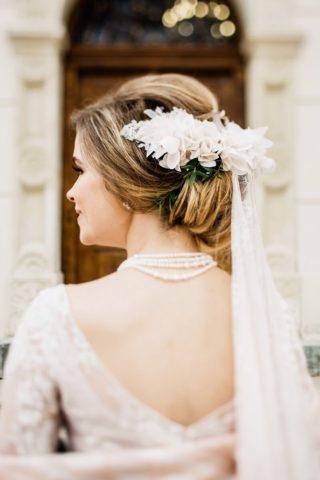Brautfrisur mit Schleier und Haarblumen