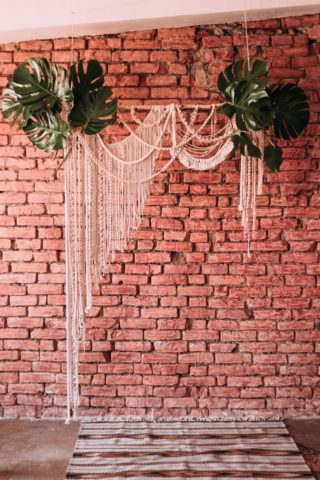 Boho Hochzeitsdeko, schlichter Traubogen mit Makramee