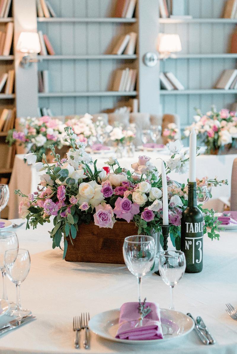 Lila Tischdeko für runde Tische, runde Tische