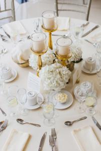 Tischdeko weiß, Deko runde Tische, Tischdeko elegant