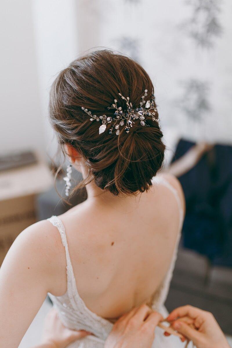 9 romantische Brautfrisuren mit Haarschmuck - Hochzeitskiste