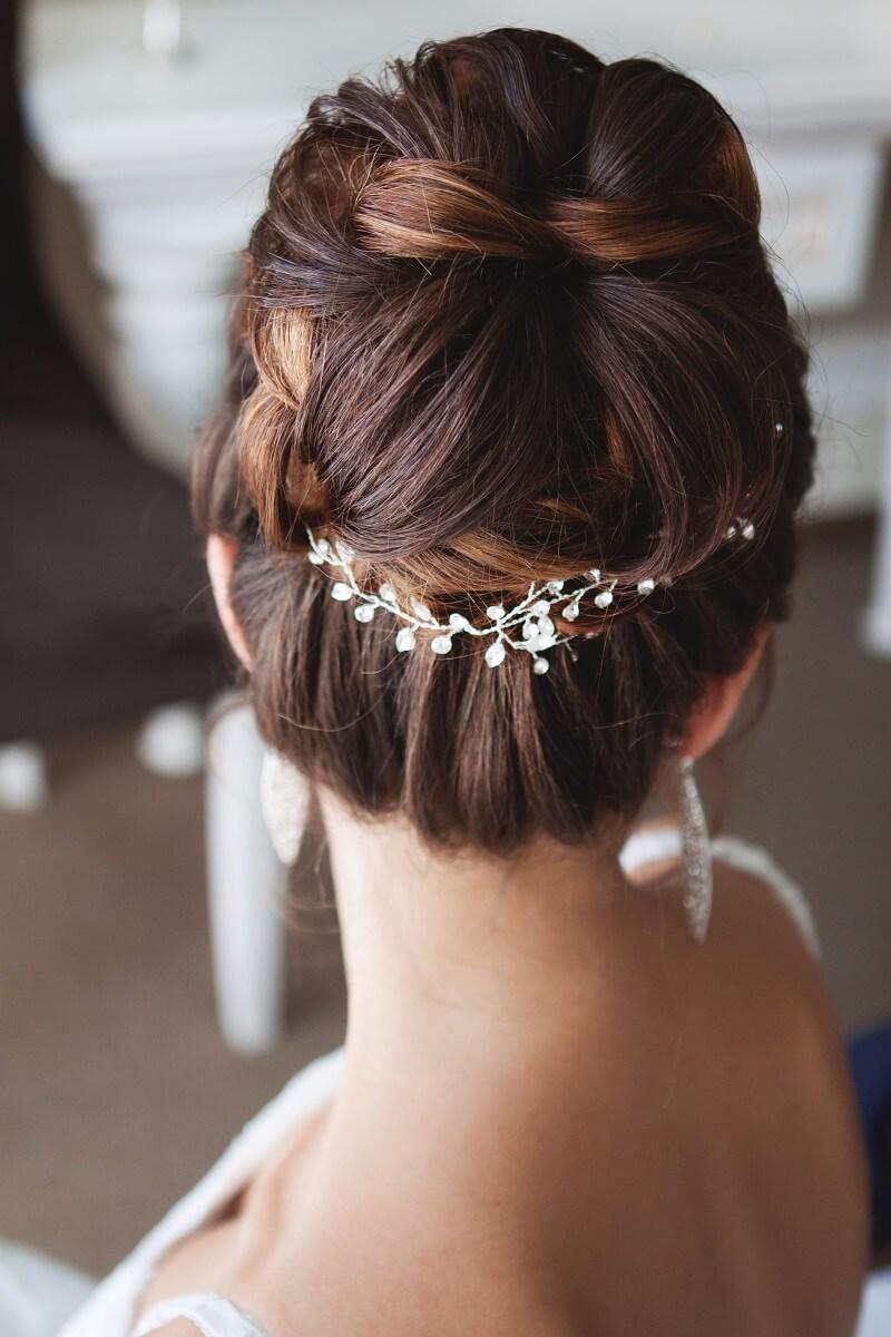 12 romantische Brautfrisuren mit Haarschmuck - Hochzeitskiste