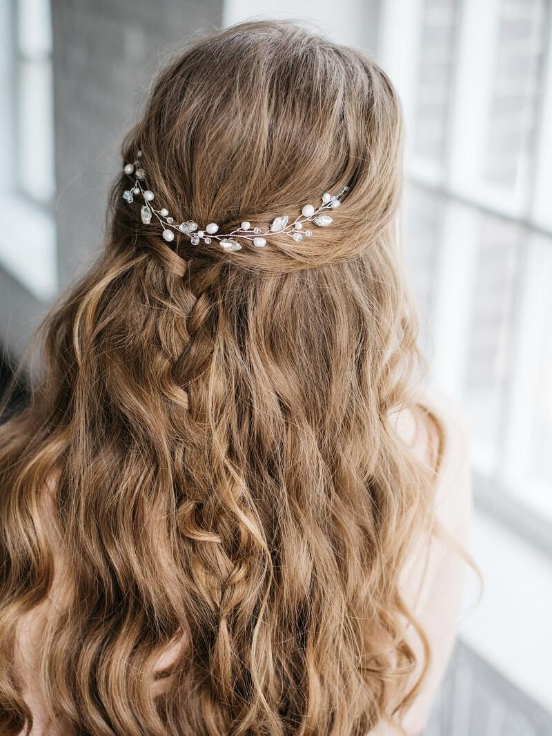 10 romantische Brautfrisuren mit Haarschmuck - Hochzeitskiste