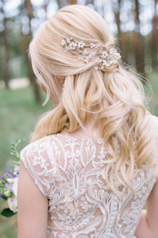 Brautfrisur halboffen mit schönem Haarschmuck