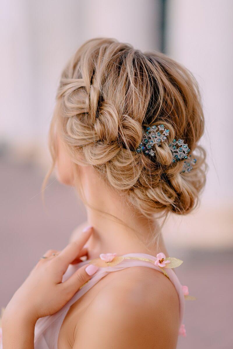 8 romantische Brautfrisuren mit Haarschmuck - Hochzeitskiste