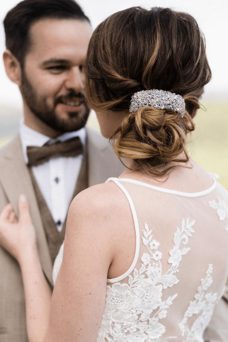 Brautfrisur hochgesteckt mit schicker Haarspange, Foto: Barbara Wenz