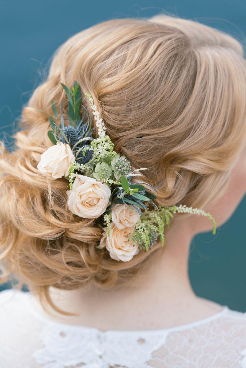 Haarblumen in Hochsteckfrisur