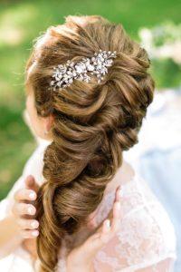 Brautfrisur halboffen seitlich mit Haarschmuck