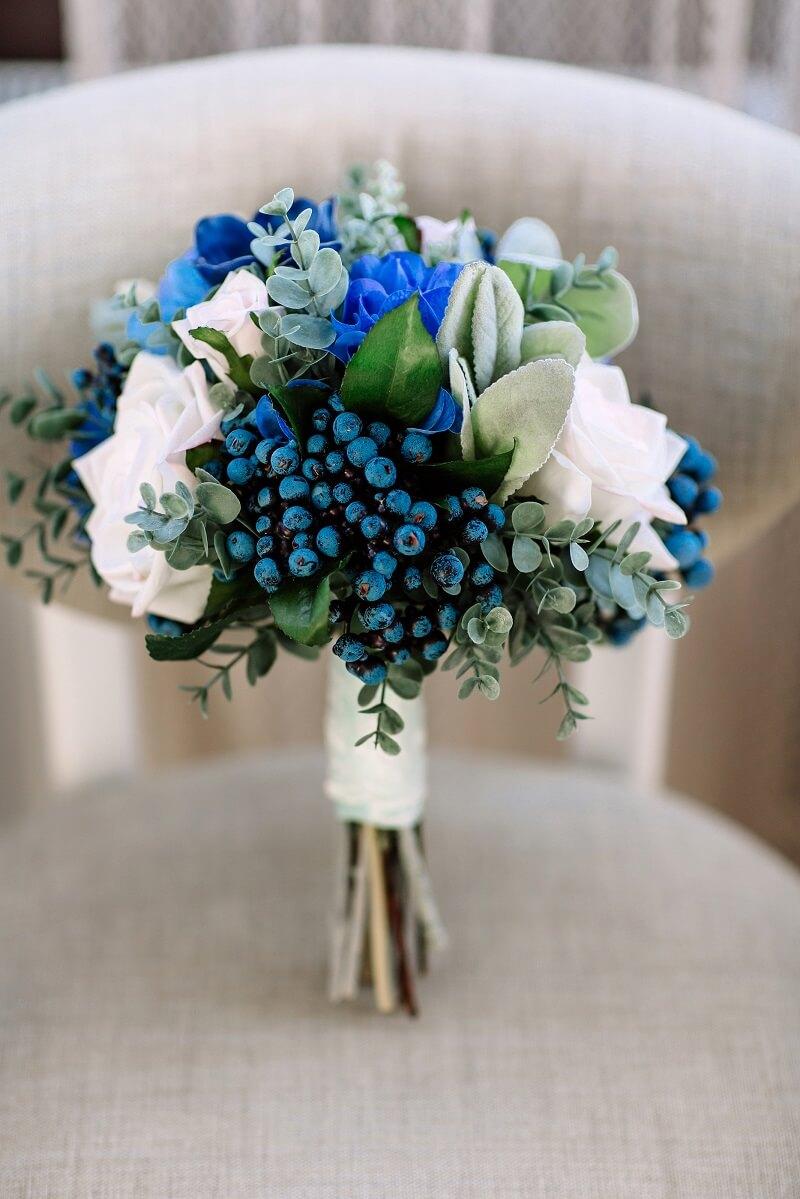 Brautstrauß in Dunkelblau und Weiß
