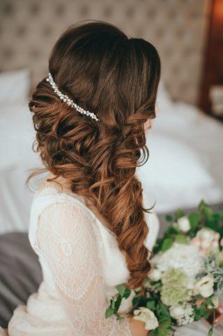 Brautfrisur seitlich halboffen mit Haarschmuck