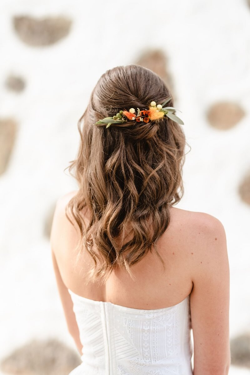 Brautfrisur mit dezenten Haarblumen, Foto: Lukas & Sophia – Fotografie / Papeterie