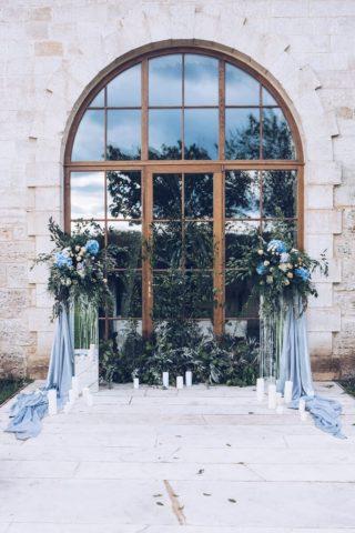 Outdoor Hochzeit, Traubogen originell, Hochzeitsdeko blau