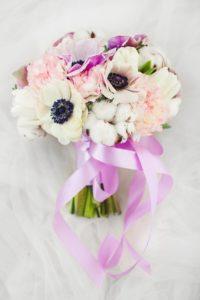 Brautstrauß lila mit Baumwolle und Anemonen