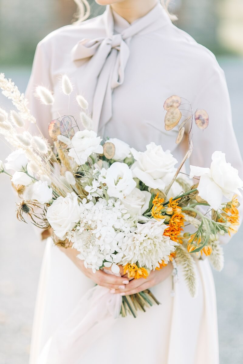 Brautstrauß in Weiß mit gelben Akzenten