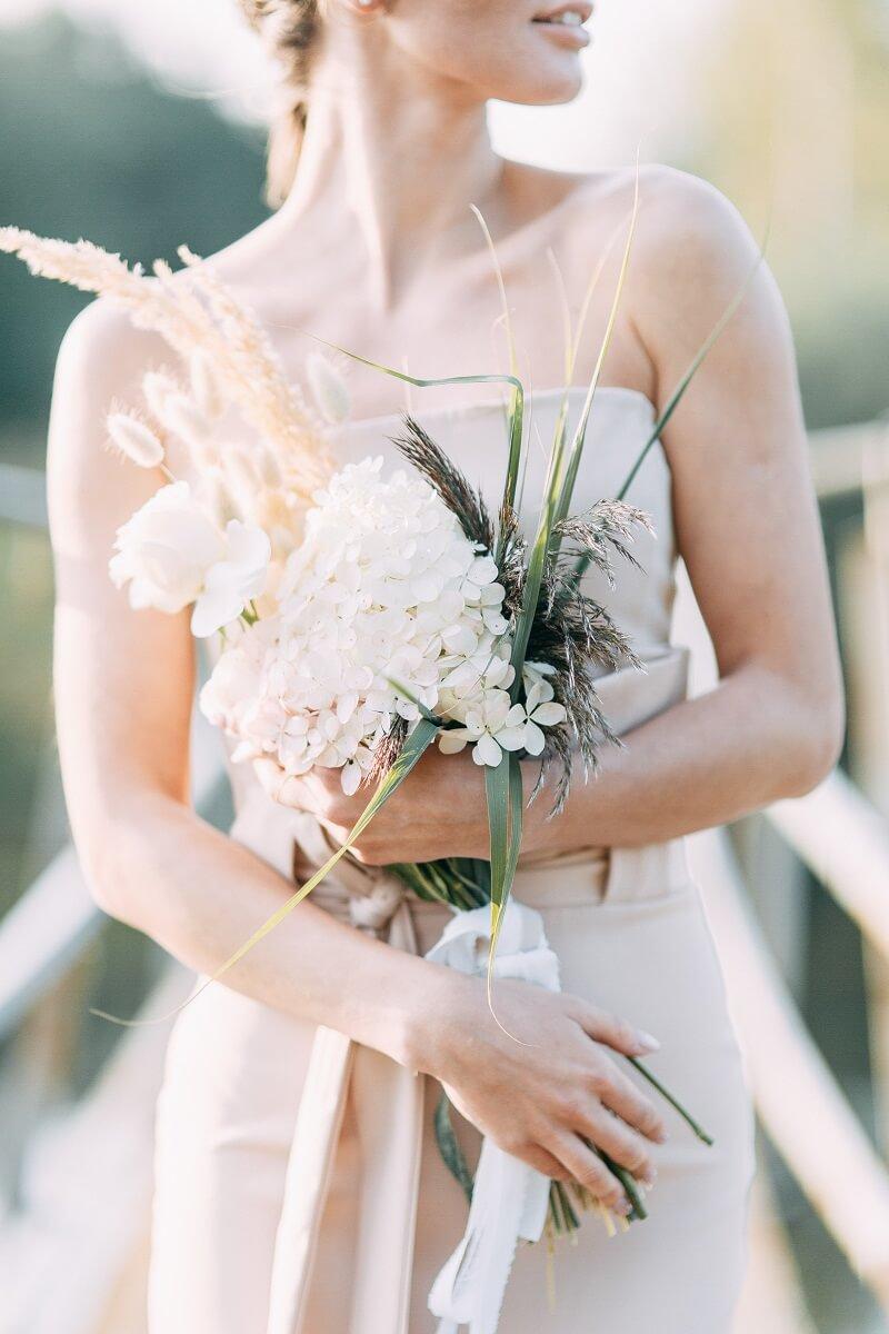 Brautstrauß zart, origineller Brautstrauß, Hochzeitsblumen weiß beige
