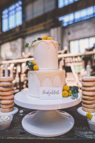 Hochzeitstorte weiß gelb, Foto: HK Photographics, Torte: Confiserie & Konditorei Kartenberg