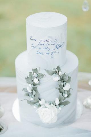 Kunstvolle Hochzeitstorte in Graublau