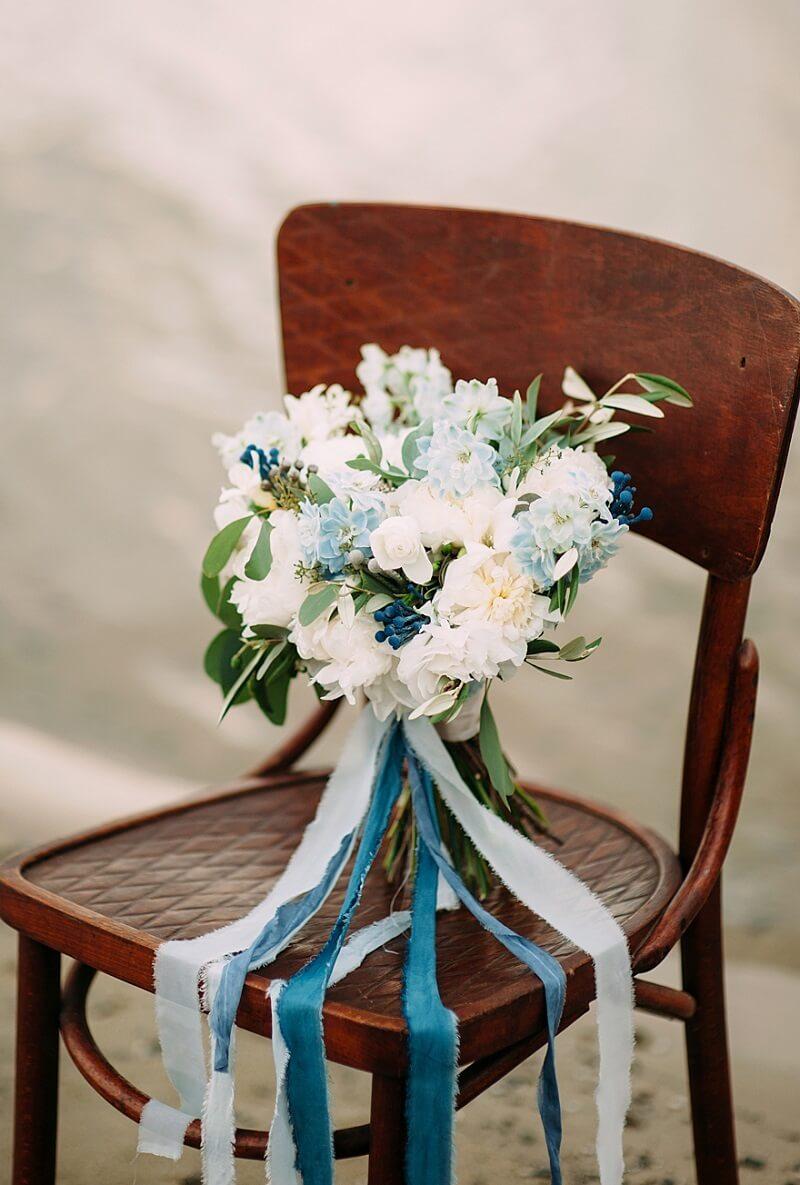 Brautstrauß in Blau und Weiß