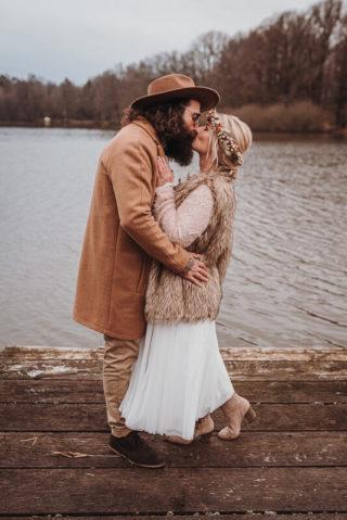 Rustikale Boho Hochzeit im Winter, Foto: Viktoria Preß Fotografie, Brautmode: Anziehungskraft Hochzeitsmode
