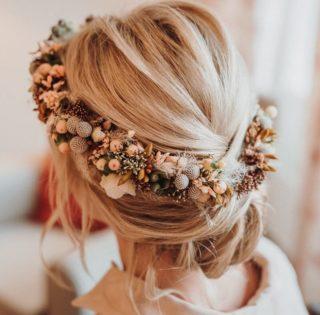 Boho Brautfrisur hochgesteckt mit Blumenkranz, Foto: Viktoria Preß Fotografie