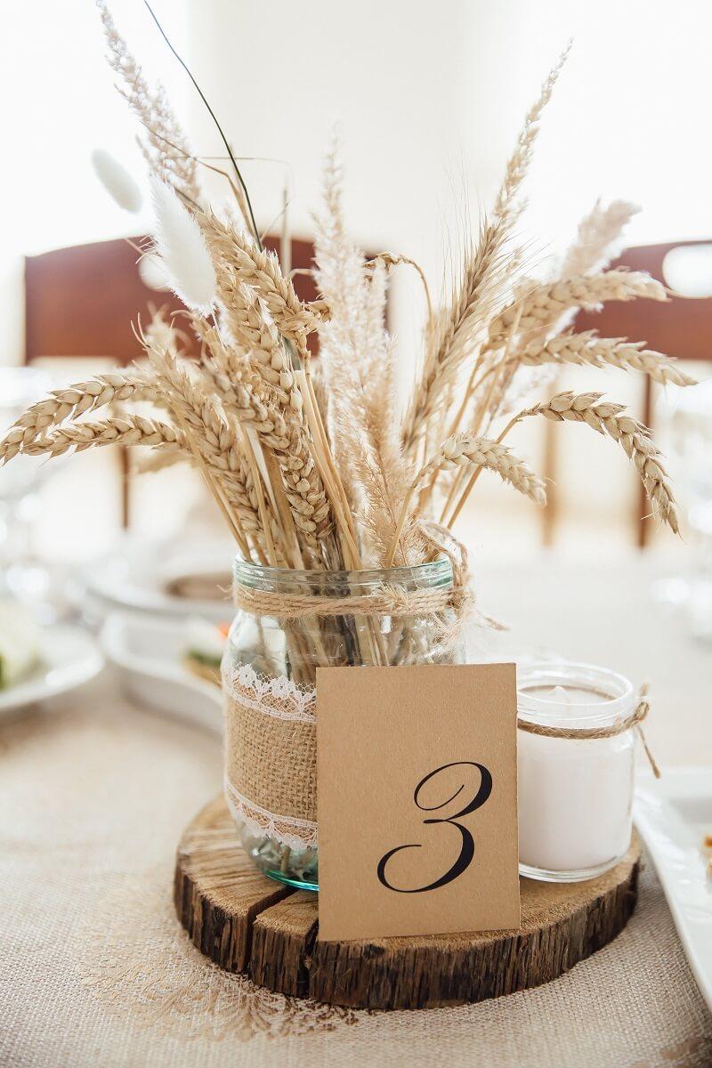 Hochzeitsdeko rustikal mit getrockneten Blumen