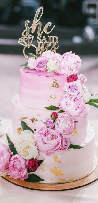 Hochzeitstorte rosa mit Blumendeko