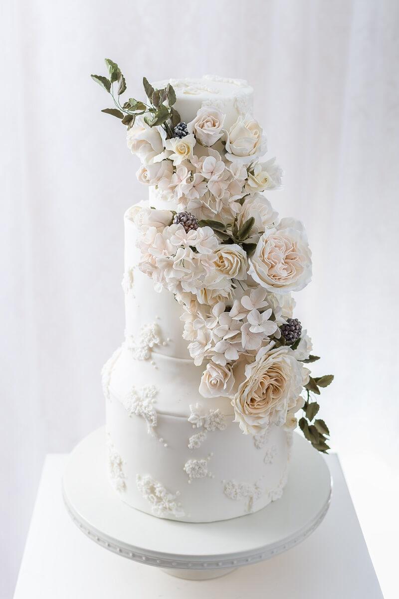 Hochzeitstorte floral weiß